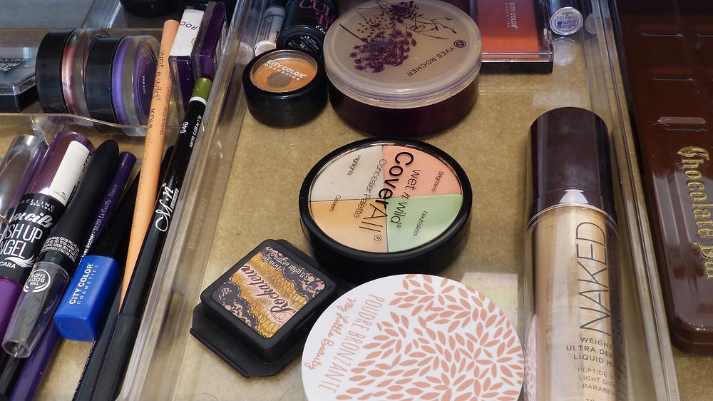photo de l'intérieur du tiroir de la coiffeuse de rosepaillettee côté teint