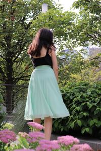 Comment porter la jupe midi quand on est petite