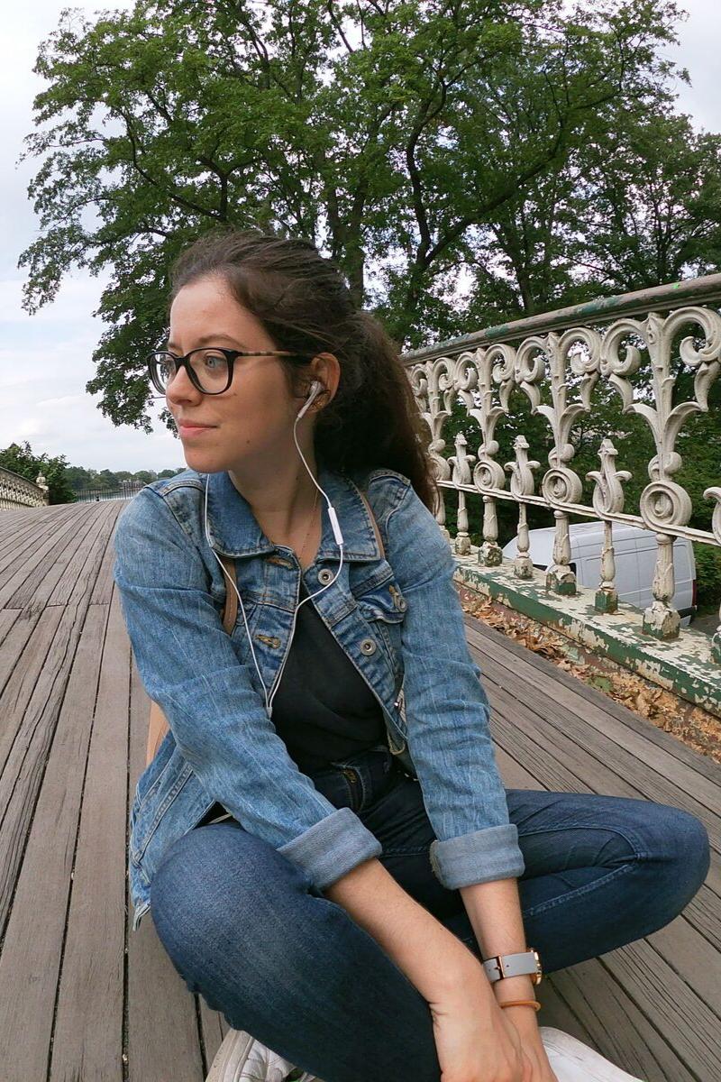 Claire assise sur un pond dans central parc
