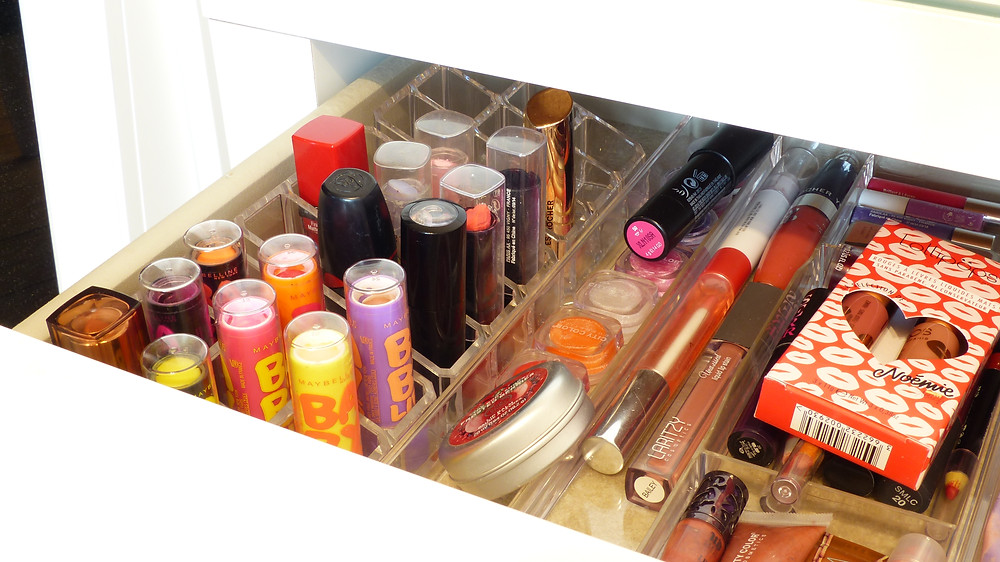 photo de l'intérieur du tiroir de la coiffeuse de rosepaillettee côté rouge à lèvre