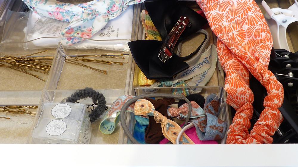 photo de l'intérieur du tiroir de la coiffeuse de rosepaillettee côté cheveux