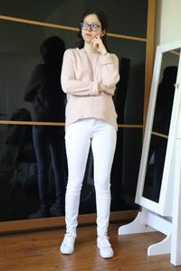 Pull rose poudré et jeans blanc