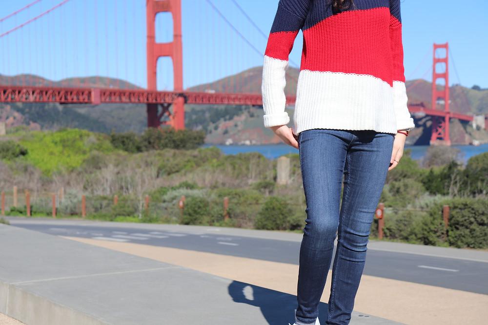 Tenue bleu rouge blanc shooter devant le Gloden Gate vue de jambe