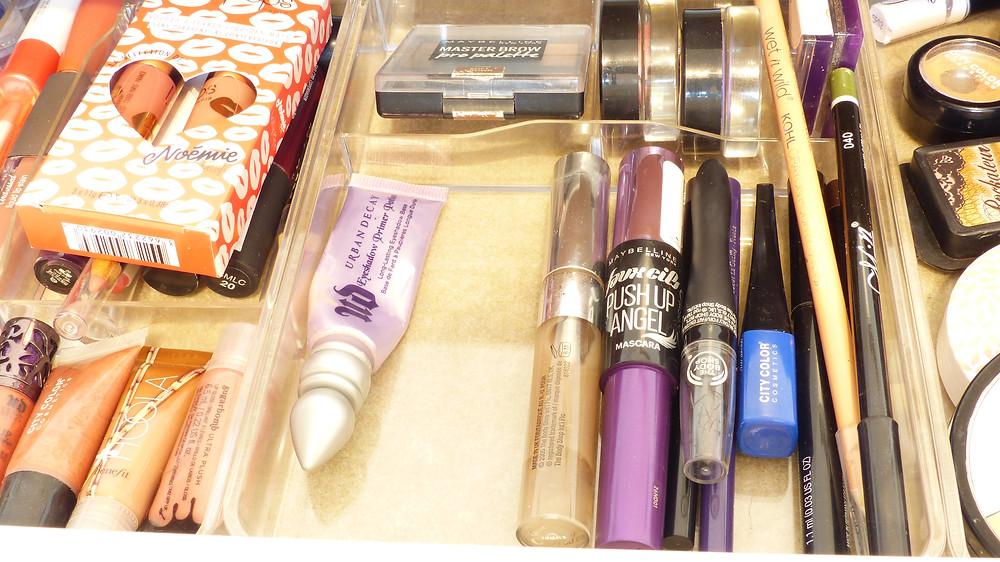 photo de l'intérieur du tiroir de la coiffeuse de rosepaillettee côté yeux