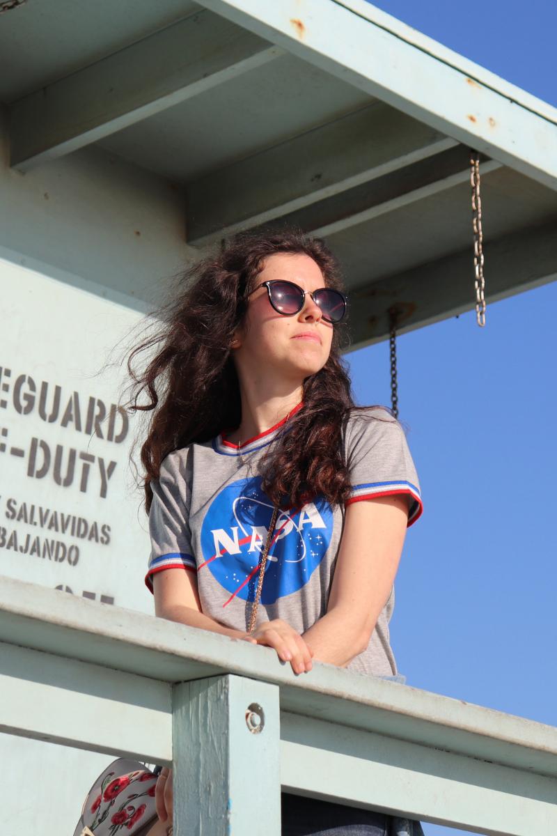 photo de rosepaillettee sur un ponton de lifegard cheveux aux vent