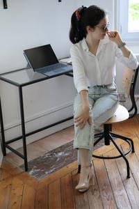 Chemise blanche et jeans droit