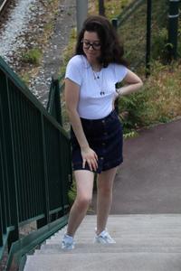 T-shirt basique et jupe en jeans