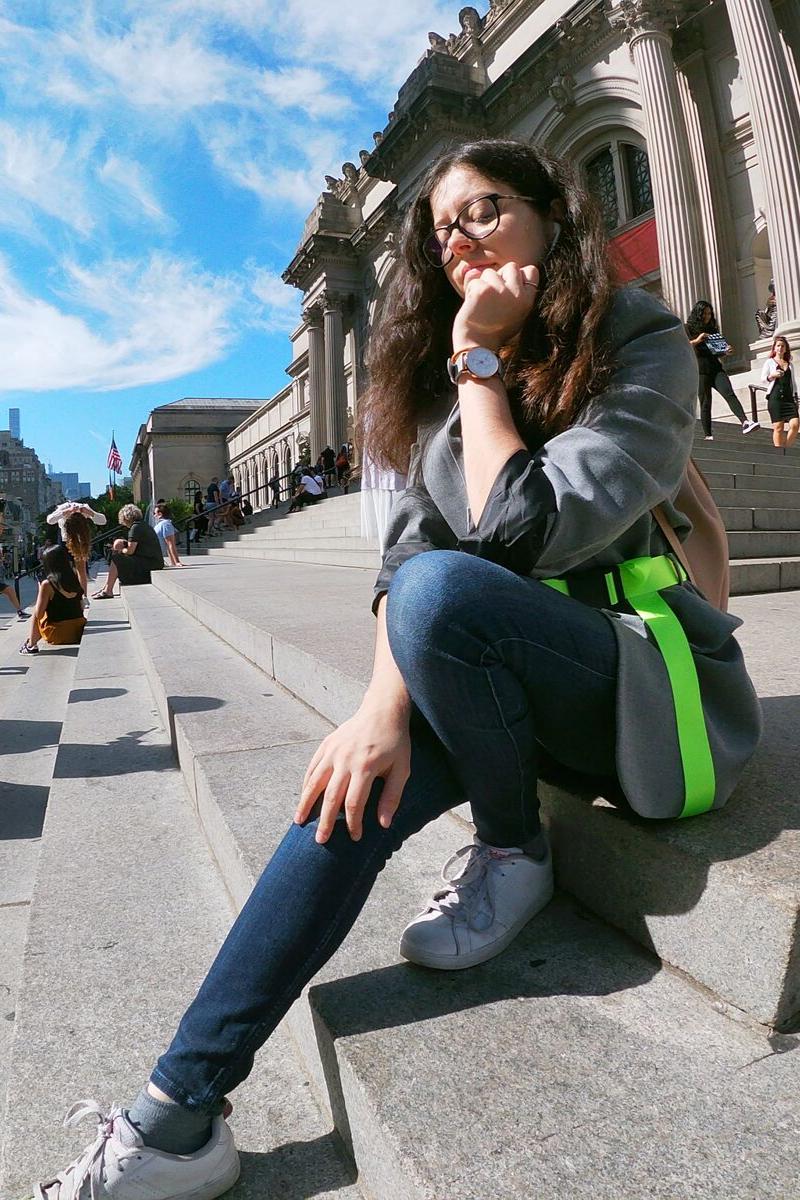 Claire assise sur les marches du met à New York