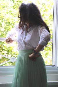 Chemise blanche et jupe midi