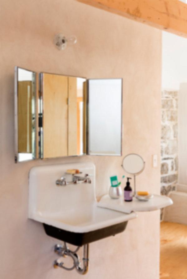 farmsink, masterbathroom, plasterwalls, oldsink, antique