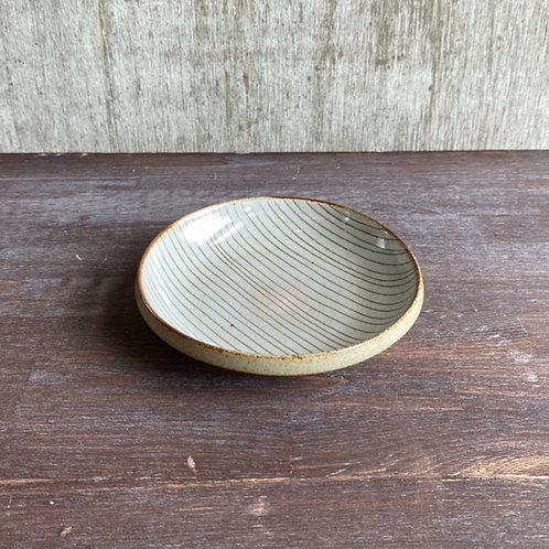 ふち厚皿 ①