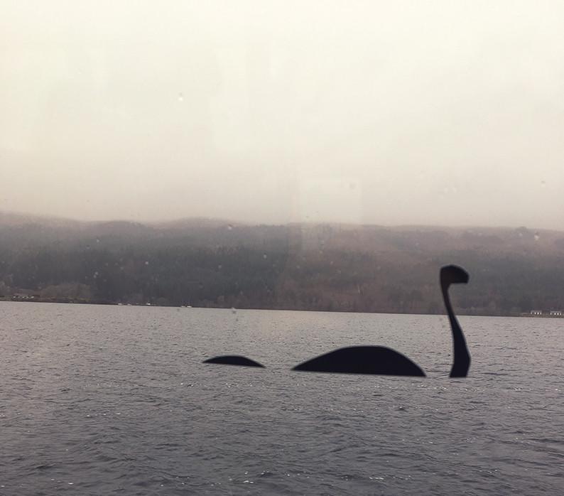 Adesivi simpatici sulla barca del lago di Loch Ness