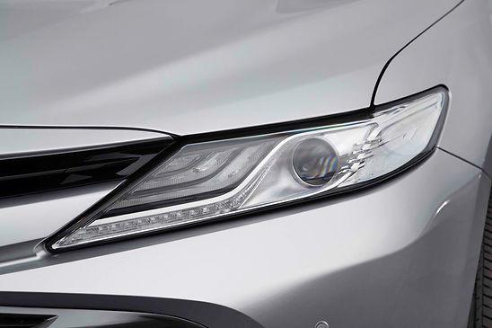 2018-Toyota-Camry-Hybrid-XLE-headlamp.jp