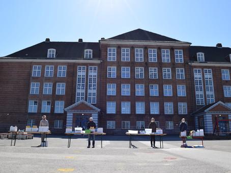 Materialaustausch auf dem Schulhof
