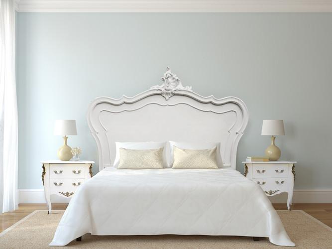 Tête de lit & paire de chevets Louis XV blancs patinés