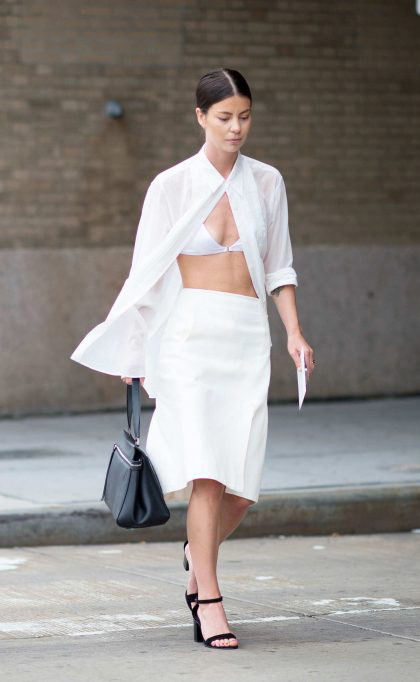 белая рубашка, свободная рубашка, рубашка прямого кроя, как носить белую рубашку, расстегнутая белая рубашка