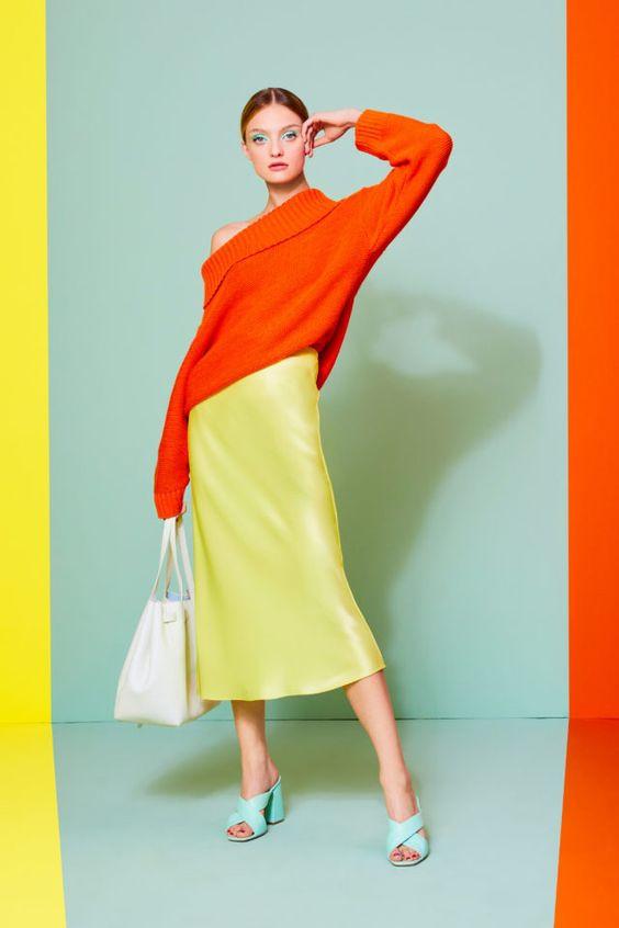 колор блокинг, юбка и свитер, оранжевый свитер, голубые босоножки