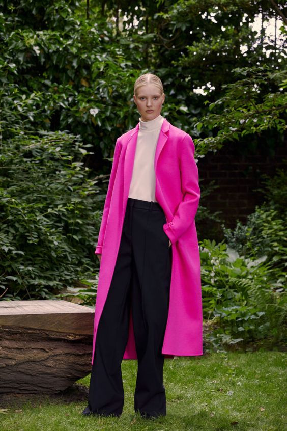 колор блокинг, черные брюки, белая водолазка, розовый плащ