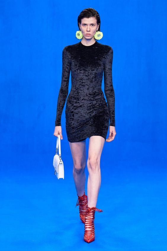 колор блокинг, черное платье, крупные серьги, красная обувь, яркая обувь, белая сумка