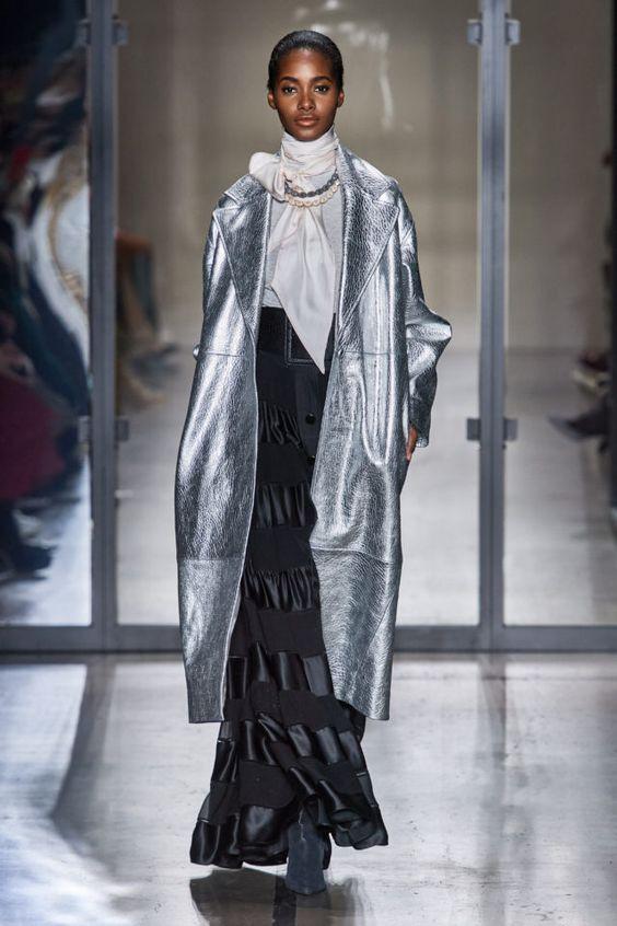 тренды сезона осень зима 2019 2020, модная одежда, тренд, кожаный плащ, серебристый плащ