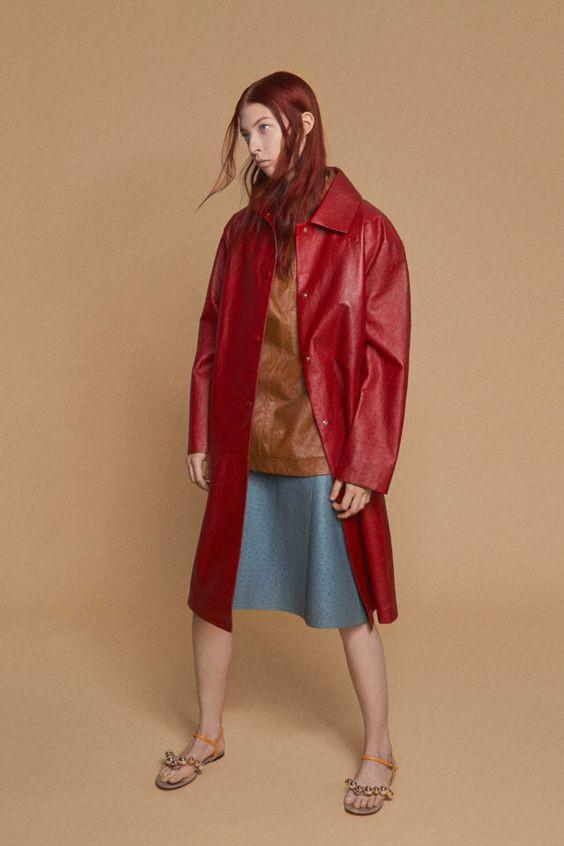 колор блокинг, юбка и кофта, красный плащ, кожаный плащ