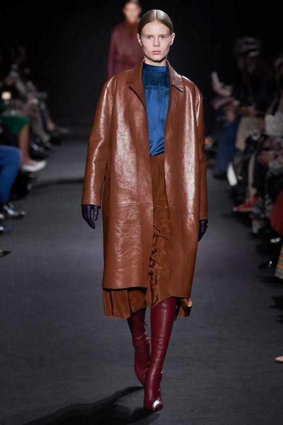 тренды сезона осень зима 2019 2020, кожа, модные ткани и материалы, кожаный плащ
