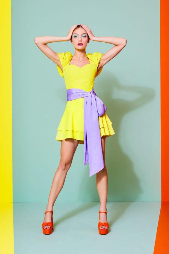 колор блокинг, желтое платье, красные босоножки