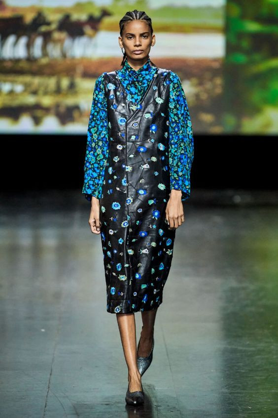 тренды сезона осень зима 2019 2020, модные принты, цветочный принт, кожаное платье