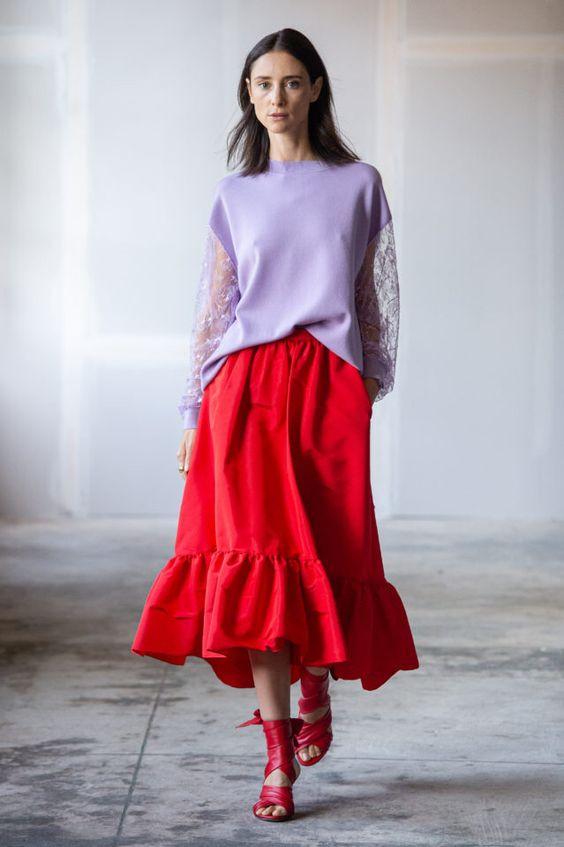 колор блокинг, юбка и кофта, сиреневая кофта, красная юбка, красные босоножки