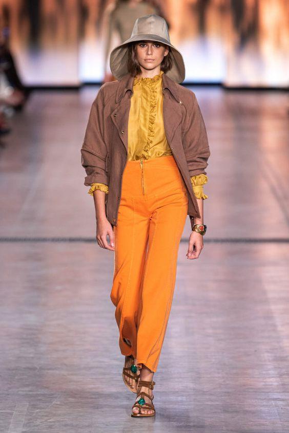 колор блокинг, широкополая шляпа, оранжевые штаны, желтая рубашка