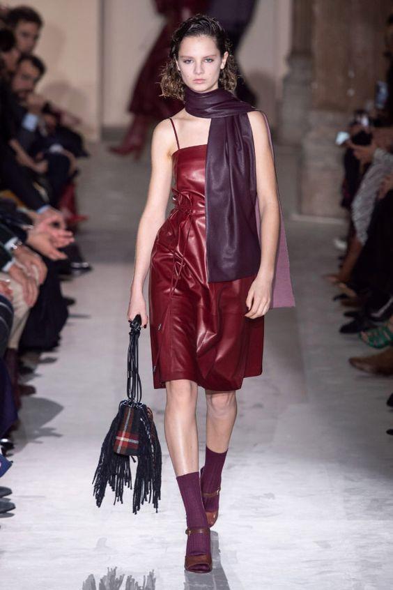 тренды сезона осень зима 2019 2020, кожа, модные ткани и материалы, кожаное платье