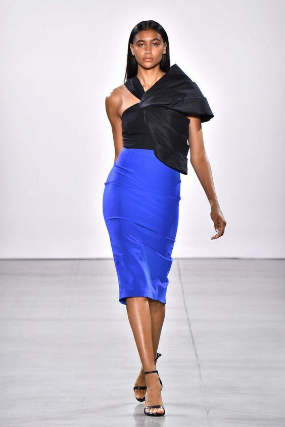 колор блокинг, юбка и блузка, синяя юбка, черные босоножки, черный топ