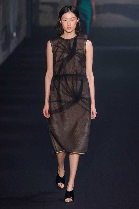 тренды сезона осень зима 2019 2020, модная одежда, тренд, маленькое черное платье, кружево, кружевное платье