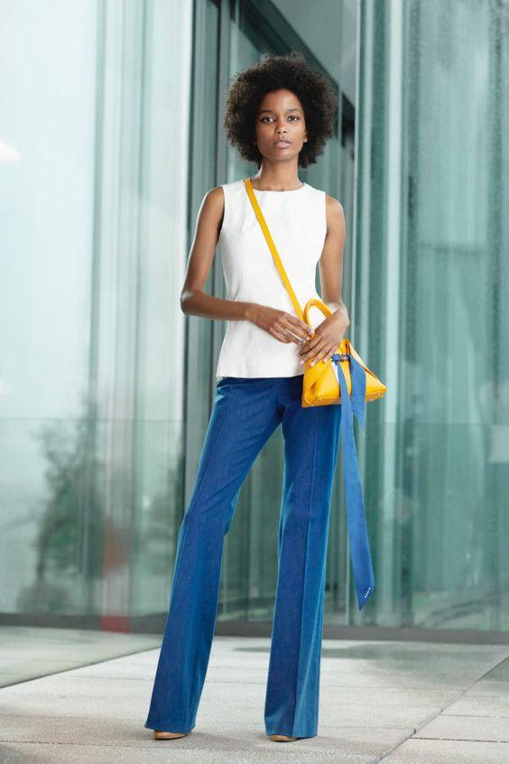 колор блокинг, белый топ, синие брюки, желтая сумка