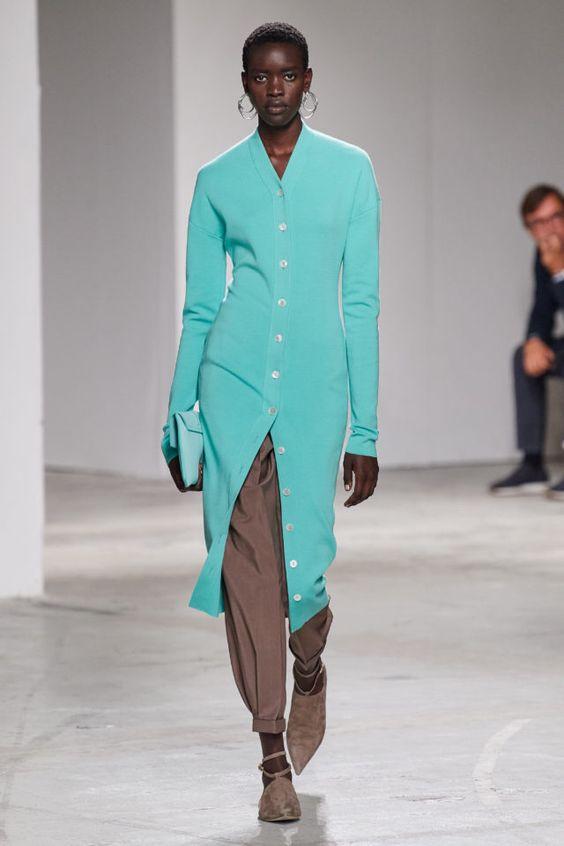 колор блокинг, штаны и платье, бирюзовая кофта, коричневые штаны, стильная обувь