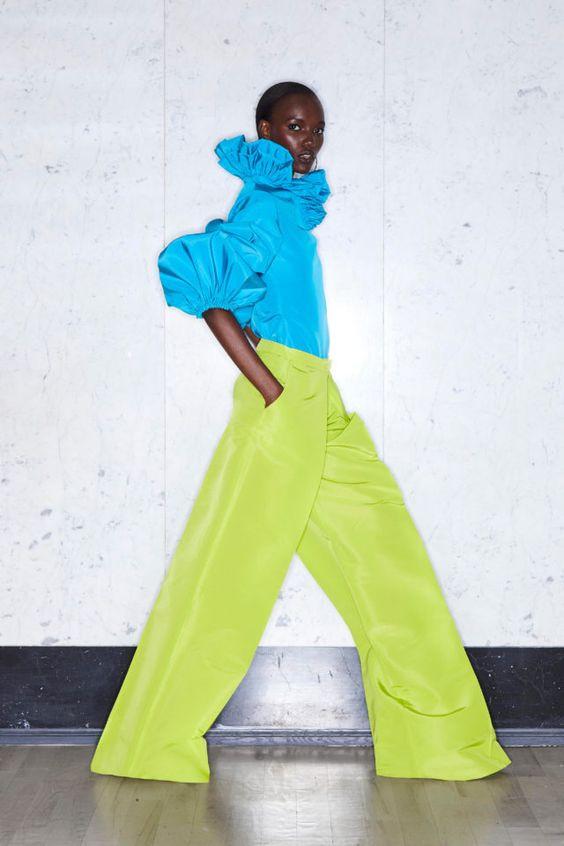 колор блокинг, голубая блузка, яркие штаны, зеленые штаны
