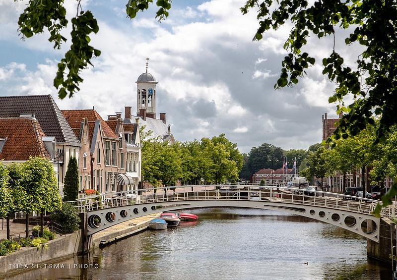 Kanoën door de grachten van Dokkum tijdens een vakantie in Friesland