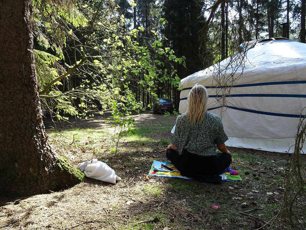 Mediteren en yoga in de Nederlandse bossen tijdens een vakantie in eigen land