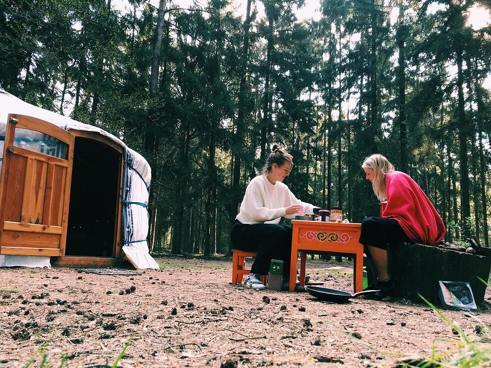 Ontbijten voor de yurt tussen de Nederlandse bomen tijdens een vakantie in eigen land