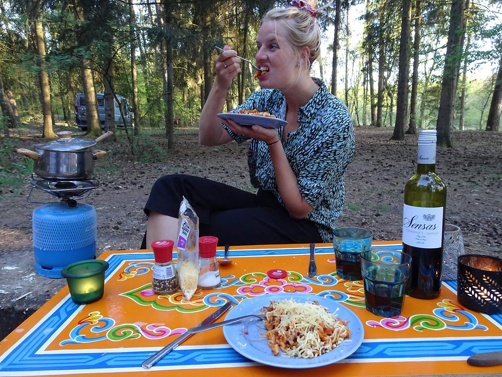 dineren op de camping voor de tent in nederland