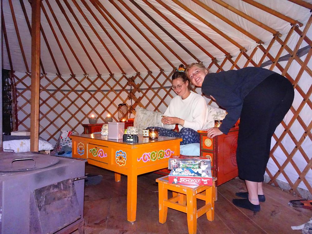 's Avonds in de yurt met spelletjes en kaarsjes