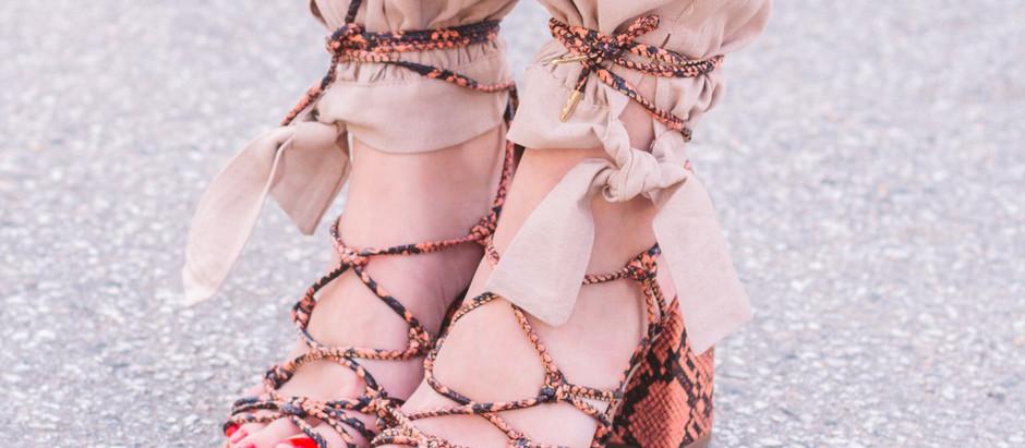 Sandálias amarradas nas calças