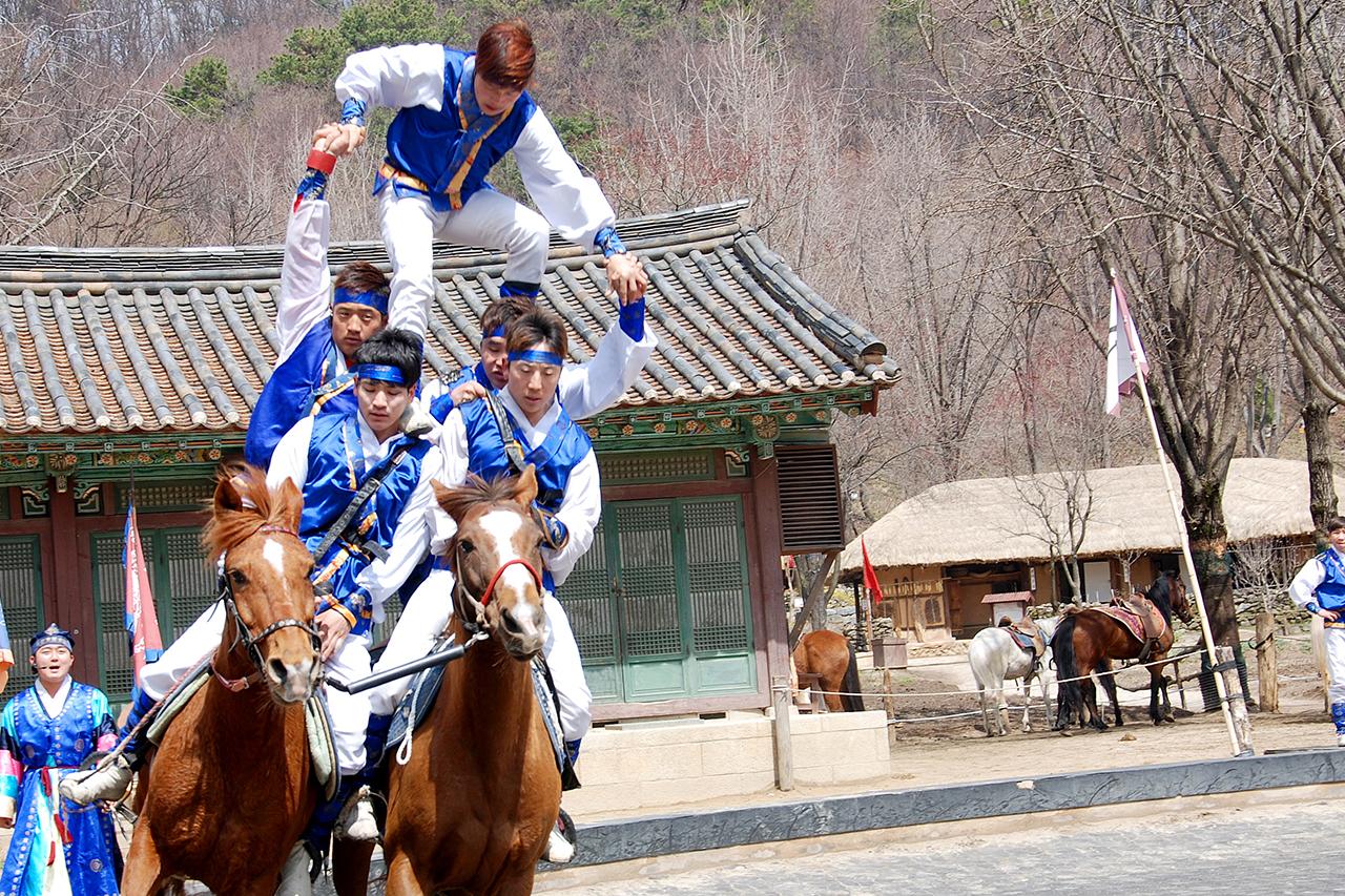 Korean Folk Village Horser performance