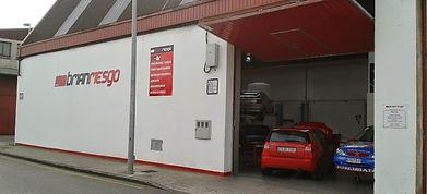 Fotografía de la fachada del taller mecánico Brian Riesgo, en Gijón