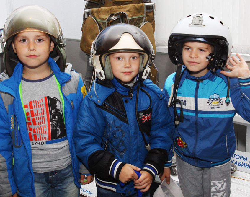 Первоклассники в шлемах