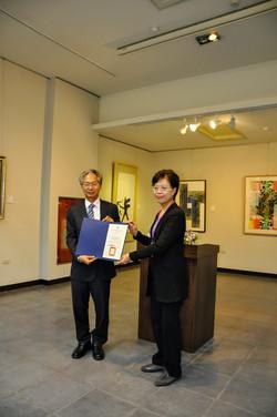 2016_主办单位向参展艺术家颁发证书