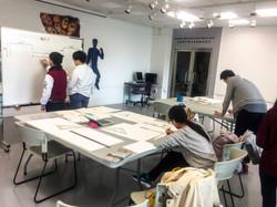 2017_教育大学学生讨论壁画设计 2