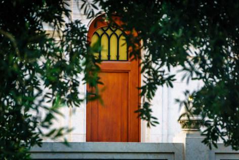Porta sul retro della sovrastruttura del Mausoleo