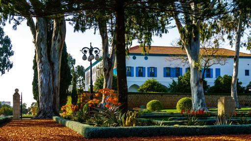 Vista lateral de la Mansion y jardines