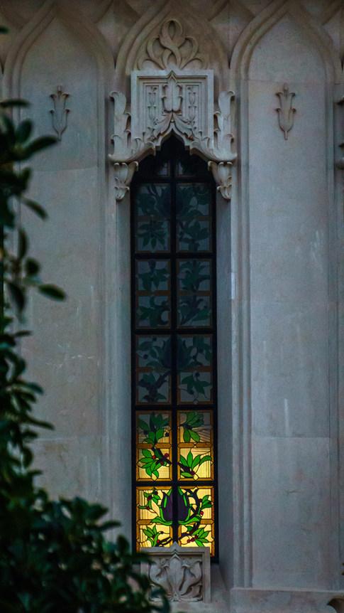 Detalle del vitral en el Santuario